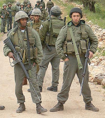 צילומים: עידו חנין. צולם במהלך הפגנות נגד גניבת אדמות הכפר בילעין, חורף 2005