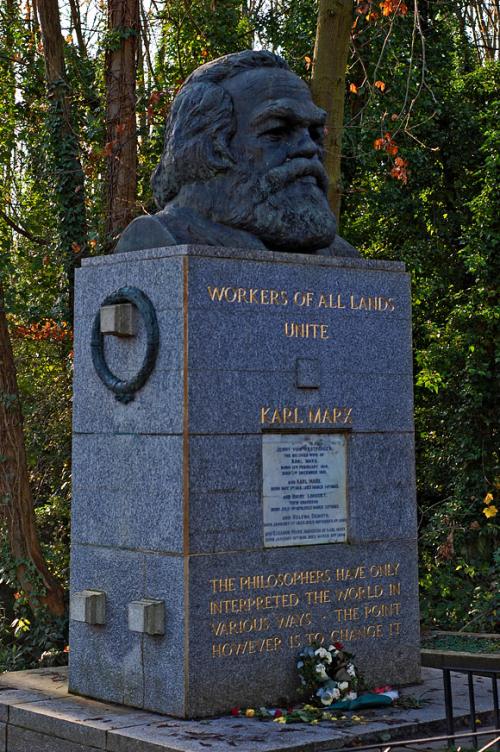 המצבה על קברו של קרל מרקס. בית קברות הייגייט, לונדון