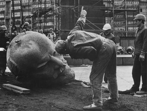 פסל הרוס של לנין.